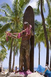 ハワイ・ワイキキビーチ・デューク・カハナモク像